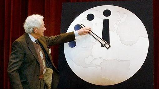 El premio Nobel Leon M. Lederman adelantando a las 11:57 el reloj el año pasado