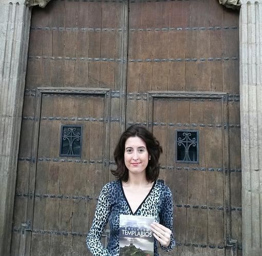 María Lara, autora de «Enclaves templarios», frente a la iglesia de Santa María la Real de Sangüesa -recogida en la obra- (Navarra)