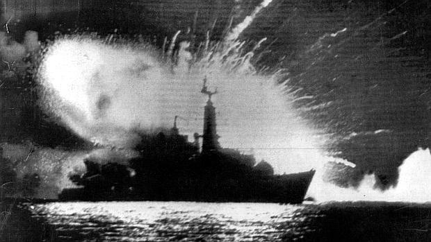La fragata británica Antelope se hundió al estallar una bomba que se encontraba alojada en su sala de máquinas procedente de un ataque argentino y que los británicos intentaban desactivar