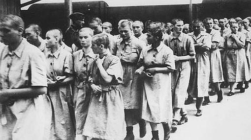 Un grupo de mujeres llega a Auschwitz