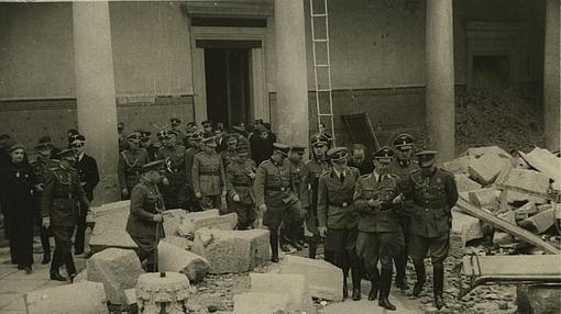 Heinrich Himmler en las ruinas del Alcázar de Toledo