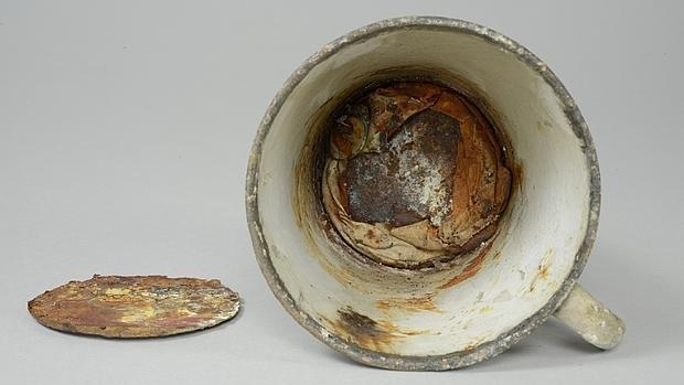 La taza con doble fondo de Auschwitz con el anillo y el collar en su fondo
