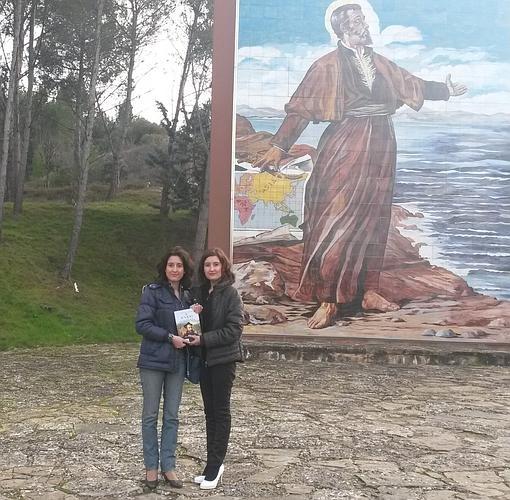 Laura y María, junto a una imagen de Ignacio