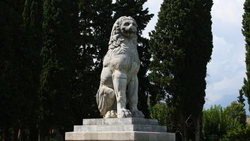 El león de Queronea , un monumento junto a la excavación donde se encontraron 254 esqueletos de tebanos