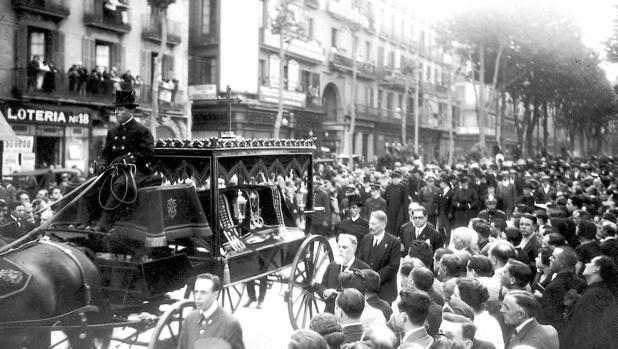 La comitiva fúnebre de Antonio Gaudí por las calles de Barcelona el 12 de junio de 1926
