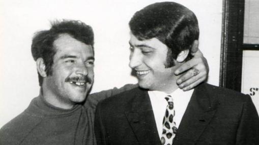 Manuel Delgado Villegas junto al policía Salvador Ortega.