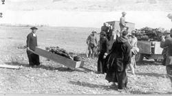 Un sacerdote recoge cuerpos tras el Desastre de Annual