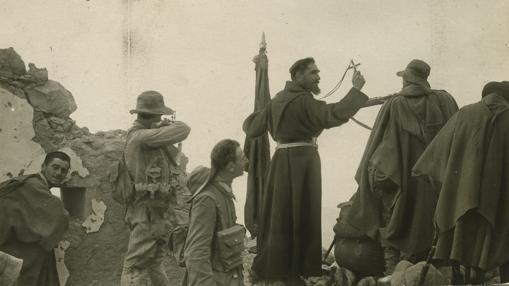 El Padre Revilla se dirige a los legionarios antes de una acción en 1921
