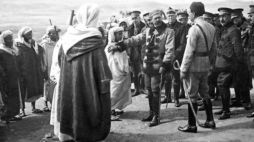 El general Silvestre ofrece protección al hijo del caid Kalluch, quien desea luchar con España
