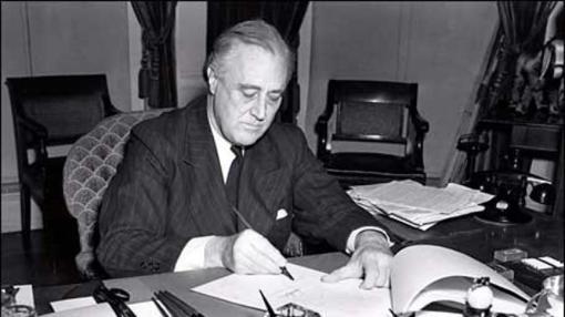 Franklin D. Roosevelt firma la ley de préstamo y arriendo