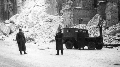Soldados soviéticos, junto a un vehículo de los EEUU
