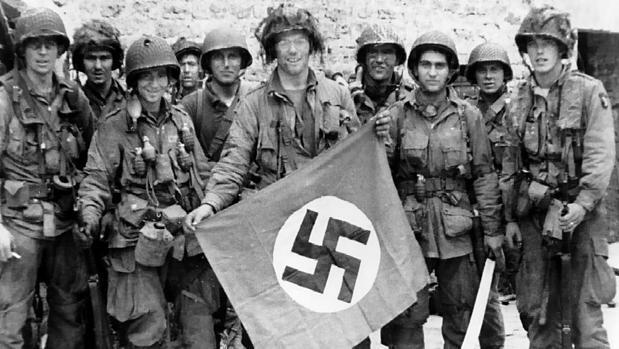La 101, tras capturar una bandera alemana