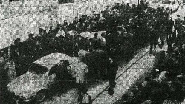 Trabajadores de «Bandas» de Echevarri, protestando en la Magistratura de Trabajo (1967)