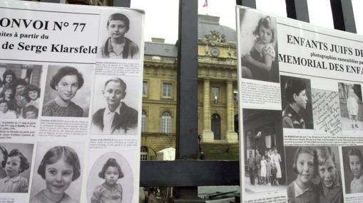 Fotografías de niños deportados a Auschwitz, expuestas durante el juicio contra Alois Brunner en 2001