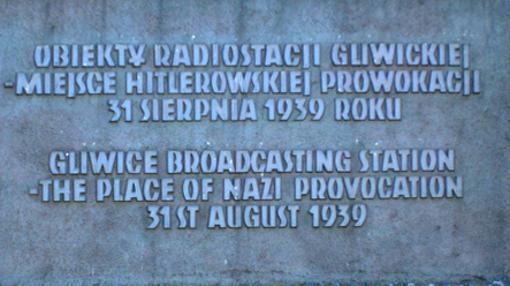 Placa conmemorativa del suceso en la estación