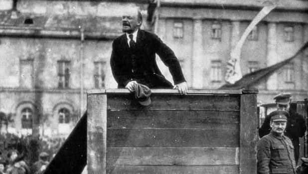Lenin dirigiéndose al Ejército Rojo en Moscú el 5 de mayo de 1920, a la derecha de la foto Leon Trotski