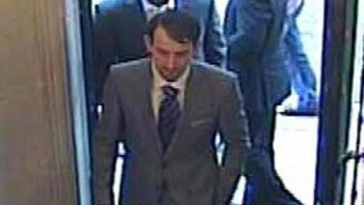 Las cámaras de seguridad grabaron a los ladrones trajeados entrando en la joyería
