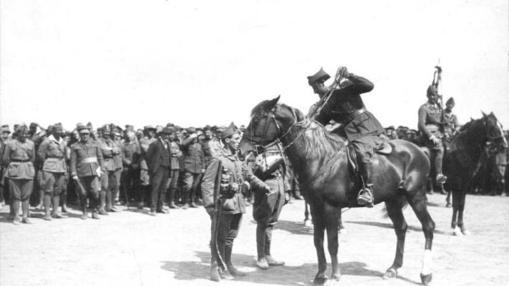 Franco entrega una distinción a un cabo (ya como coronel jefe de la Legión) en 1923