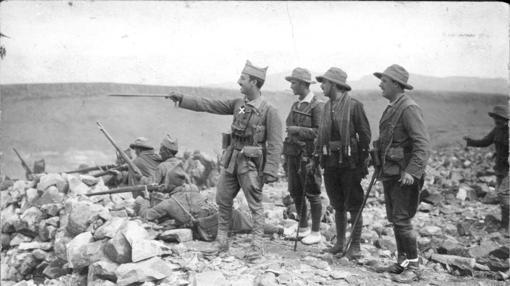 Franco, dando órdenes durante el combate a sus capitanes para asaltar Ras MEDUA (1921)