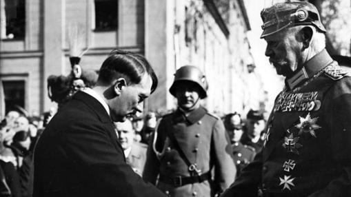 Hitler se «subordina» ante Paul von Hindenburg, al inaugurar el nuevo Parlamento, 21 de marzo de 1933