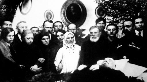 a mujer de Lenin, Krupskaia (segunda a la izquierda), junto al cadáver de su marido.