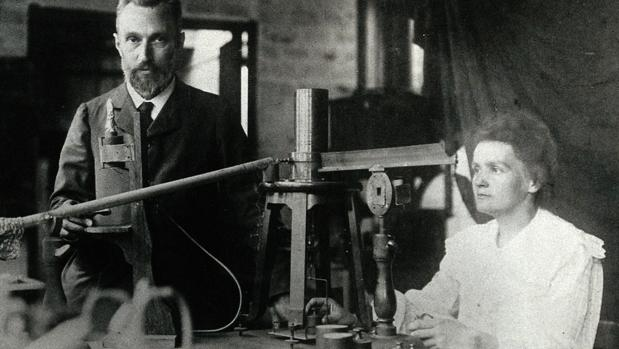 Imagen de Marie Curie y su marido tomada durante el trabajo juntos en el laboratorio.