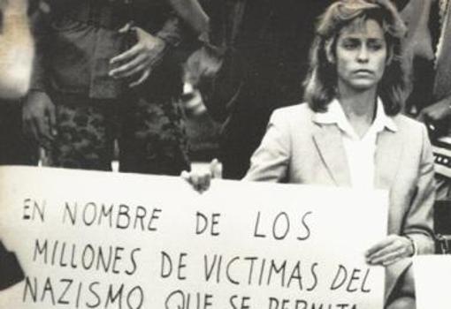 Beate, con una pancarta en castellano solicitando la extradición de Barbie en Latinoamérica
