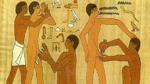 Grabado de la tumba de Ankhamahor que representa una circuncisión con una piedra de sílex