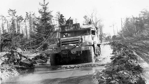 Un camión de la 1A División de Infantería, en febrero de 1945, saliendo del bosque