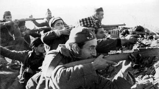 Soldados republicanos en las trincheras madrileñas