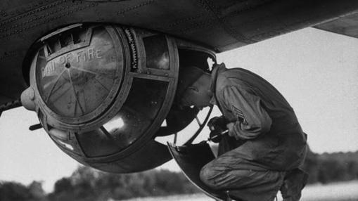 Artillero de bola preparado para acceder a su puesto