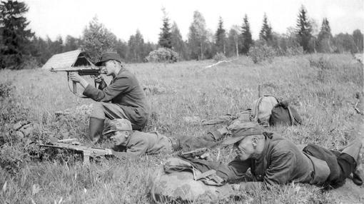 Hermanos del bosque, practicando para enfrentarse a los soviéticos