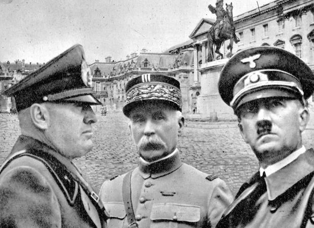 Extracto de una portada de ABC (1940) en la que se informaba de la capitulación de Francia. De izquierda a derecha: Mussolini, Pétain y Hitler. Al fondo, Versalles