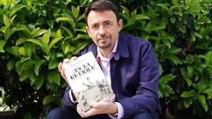 Jesús Hernández, junto a uno de sus últimos libros
