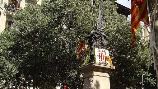 Ofrenda floral en el monumento a Rafael Casanova en Barcelona.