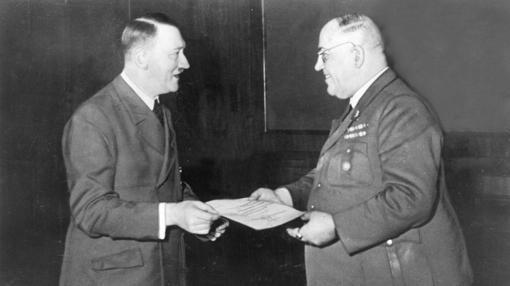 Hitler, junto a Morell
