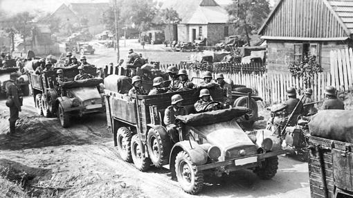 Las tropas alemanas motorizadas avanzan tras las divisiones panzer hacia el frente polaco en septiembre de 1939