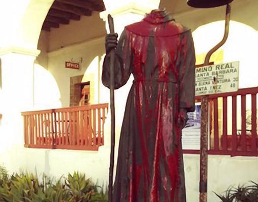 La estatua de fray Junípero Serra de la ciudad californiana de Santa Bárbara, decapitada y pintada de rojo