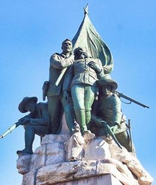 Estatua que representa a Vara de Rey siendo recogido después de que sus piernas sean heridas (Madrid)