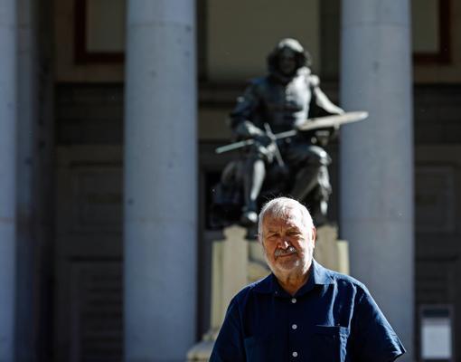 Laínez, frente a la estatua de Velázquez