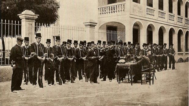 Una unidad de Mossos passa revista a finales del siglo XIX.