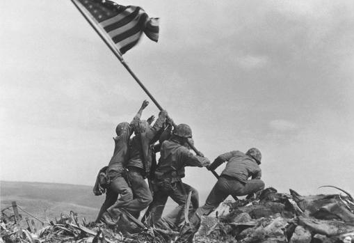 Los soldados de EE.UU colocan la bandera de su país en Iwo Jima