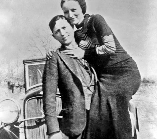 Bonnie en brazos de Clyde, delante de su Ford, como cualquier pareja de enamorados