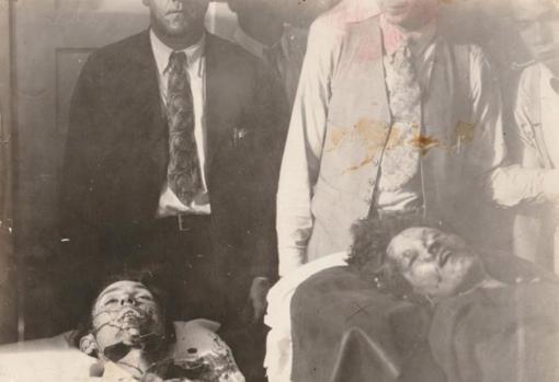 Los cadáveres de Bonnie y Clyde, tras el tiroteo. Esta es una de las imágenes que se pueden apreciar en la exposición
