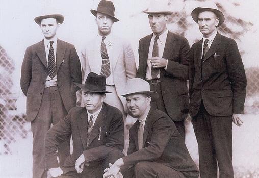 Frank Hamer, junto a su equipo