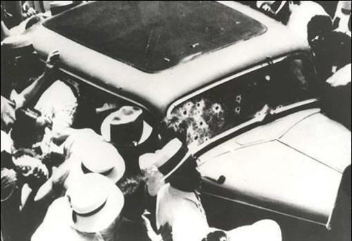 Una multitud congregada alrededor del Ford de los famosos fugitivos Bonnie y Clyde,, después de la emboscada que acabó con sus vidas