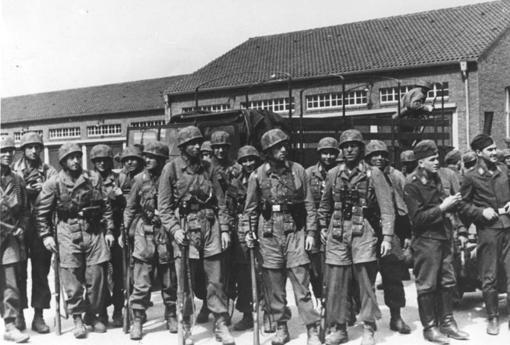 Paracaidistas alemanes, preparados y en formación