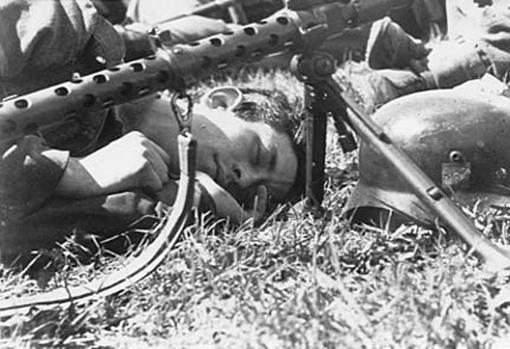 Un soldado alemán descansa, junto a su arma, durante el cerco de Leningrado