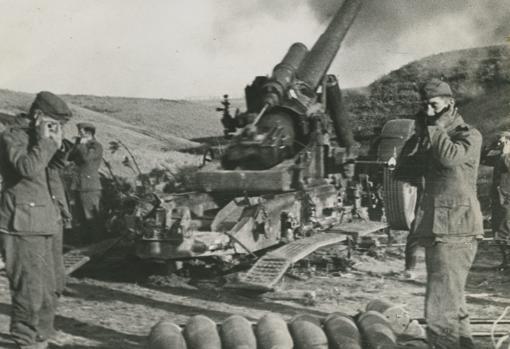 Un mortero pesado alemán haciendo fuego contra las posiciones soviéticas de Stalingrado. (enero de 1943)