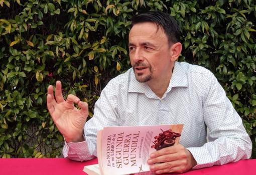 Jesús Hernández, junto a su nuevo libro